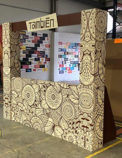 Cabina dj compuesta de mostrador y columnas hechas en reboard y carton doble micro impreso y cortado