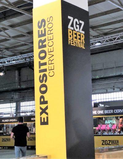 Columna hecha en carton doble micro eco impresa y cerrada con velkro para evento cerveza