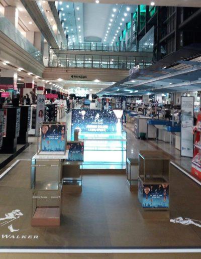 Espacio en centro comercial para promocion bebida espirituosa, espacio whiskey, hecho con vinilo suelo de gran formato, vinilo, panel retroiluminado y metacrilato impreso