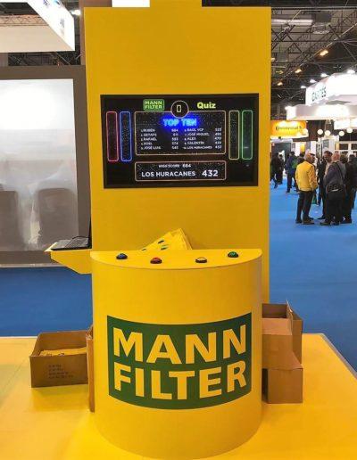 Totem para filtros de coche, hecho a medida en carton doble micro, pvc foam y reboard impreso con integración de pantalla y pulsadores para juego