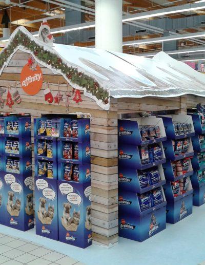 Isla en forma de caseta para promocion navidad en supermercado, fabricada en reboard ,carton doble micro y vinilo suelo impreso