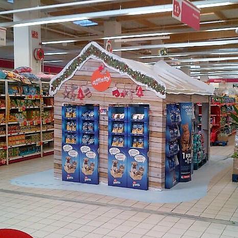 Detalle isla en forma de caseta para promocion navidad en supermercado, fabricada en reboard ,carton doble micro y vinilo suelo impreso
