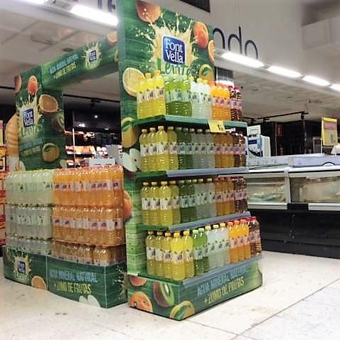Isla pasillo supermercado para agua, hecha en polipropileno alveolar, corpóreos, etiqueteros y cubrepallet