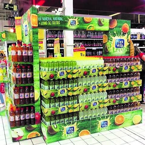 Lateral isla pasillo supermercado para agua, hecha en polipropileno alveolar, corpóreos, etiqueteros y cubrepallet
