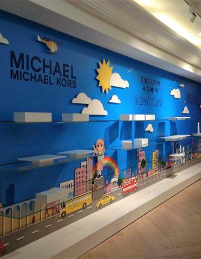 Corner en centro comercial para marca de moda, formado por pared panelada en pvc foam impreso, vinilo, corporeos y metacrilatos
