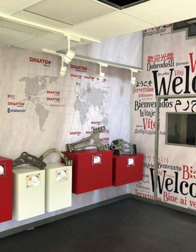 Showroom oficina hecho en pvc foam impreso, vinilo impreso y letras corpóreas