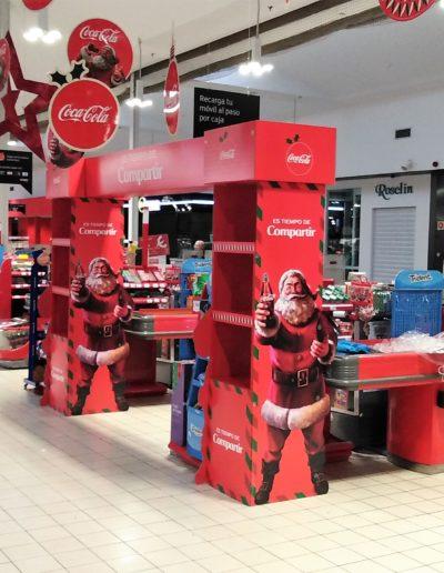 Arco salida cajas supermercado con estructura metálica para campaña navidad, forrada con cartón impreso y aéreos troquelados